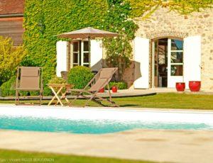 Chilienne-au-bord-de-la-piscine–89P5279-Visuel-Le-Jardin-Spa-Vincent-RIGLER-BEAUDENON-ecrit